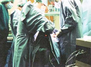 Jet-Laryngoskop mit eingeführtem Lichtleiter